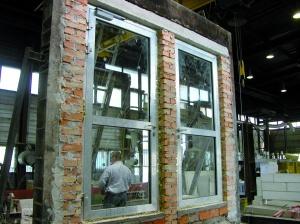 Fot. 1. Widok drzwi aluminiowych przed badaniem, od strony nagrzewanej