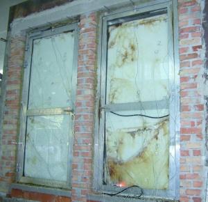 Fot. 3. Widok drzwi aluminiowych bezpośrednio po zakończeniu badania, od strony nienagrzewanej
