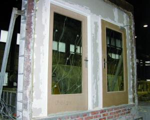 Fot. 5. Widok drzwi drewnianych od strony nagrzewanej, przed badaniem